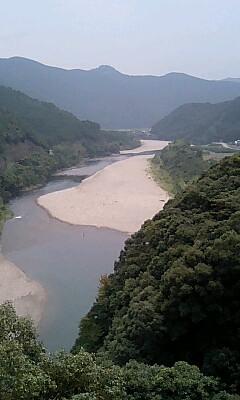 清らかでゆったりとした川の流れ