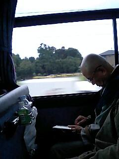バスの中でも寝てはいらっしゃいません!