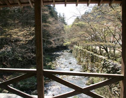 川を渡って佛通寺へ