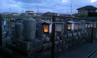 お墓の前に吊られる行灯