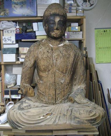 修復する仏像
