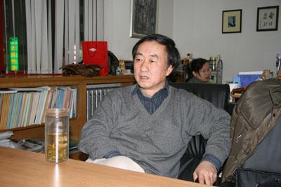 李建華さん 後ろは社員の魯さん