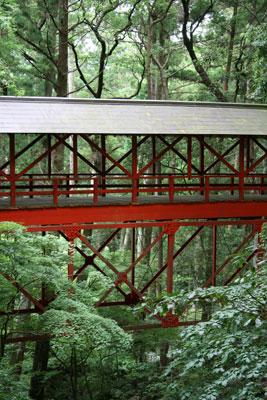 境内を流れる渓流にかかる橋