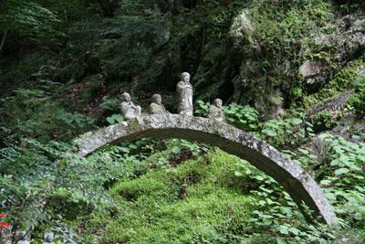 石橋に並ぶ羅漢さん