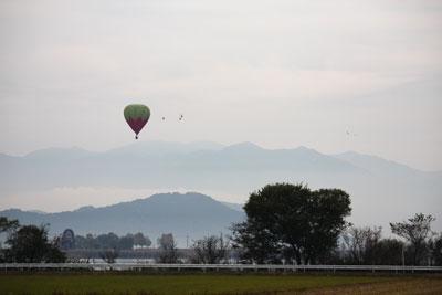 内湖と気球