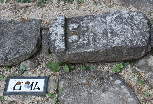階段に使われた石仏